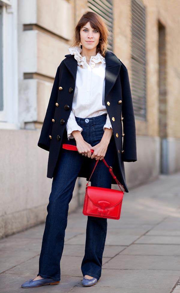 Alexa Chung con bandolera roja