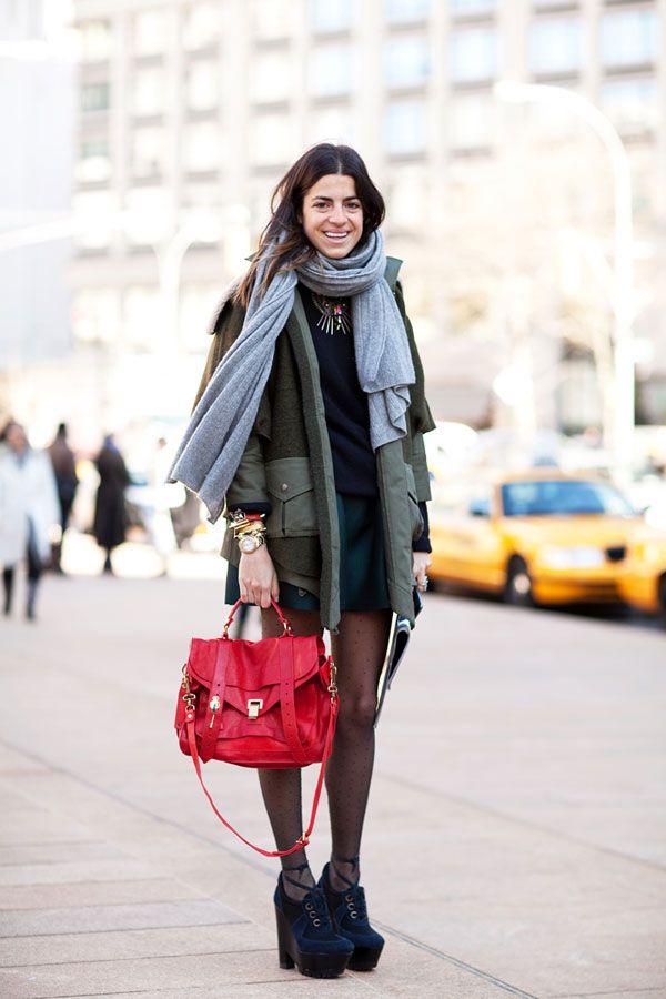 Leandra Medine con bolso rojo