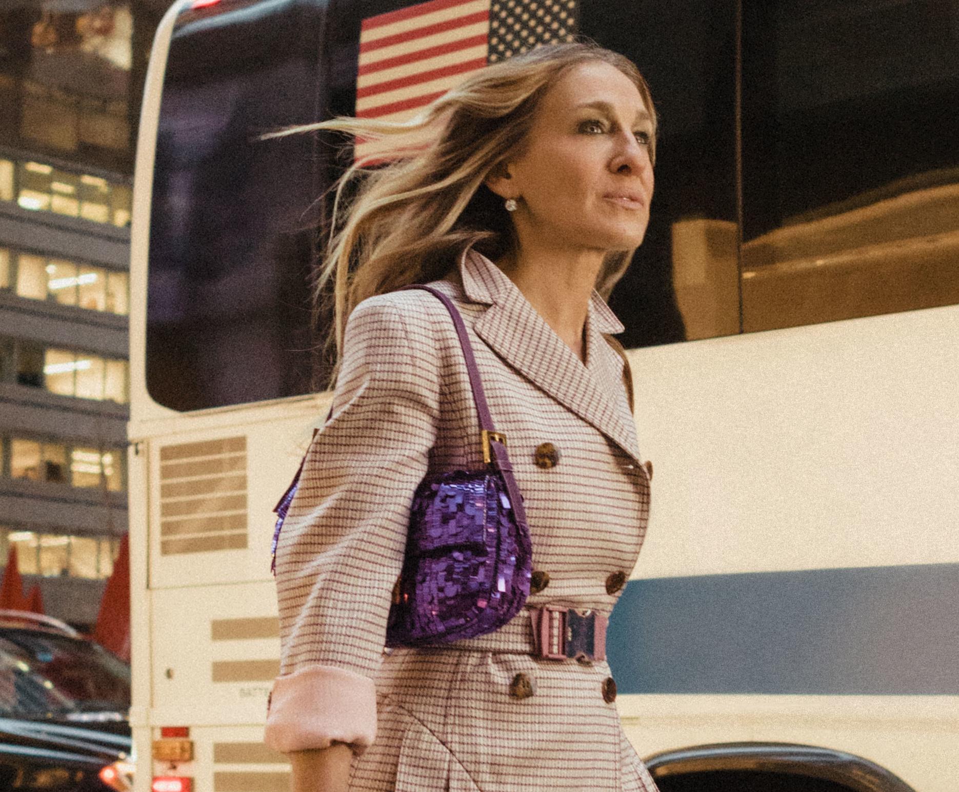 Carrie Bradshaw con bolso baguette color lila
