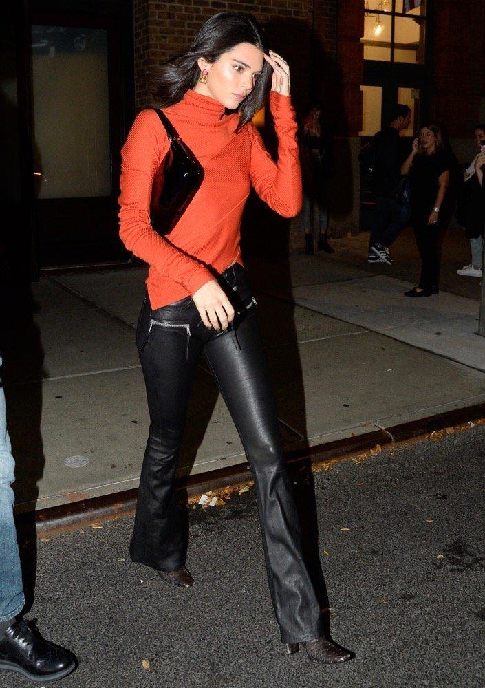 Kendall Jenner con bolso baguette negro